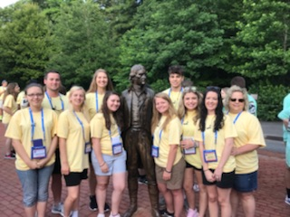 Students posing with Thomas Jefferson